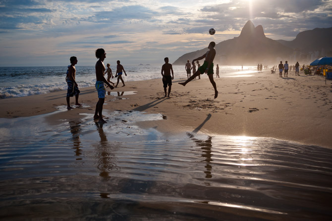 Fotbal in Ipanema. Foto: David Alan Harvey pentru Magnum Photos